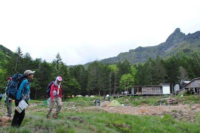 荒々しい岩峰を背景に建つ赤岳鉱泉