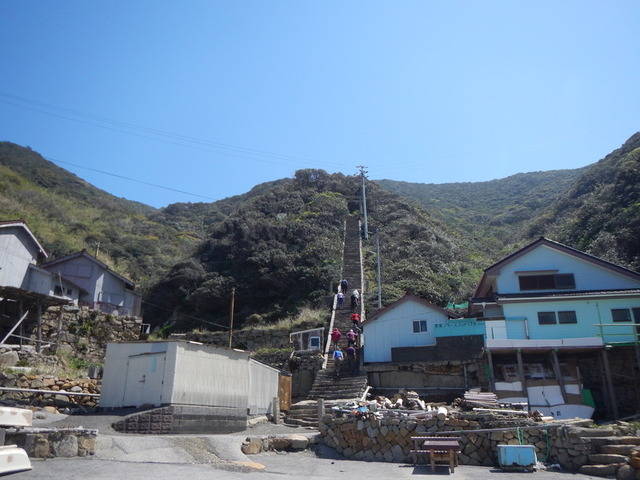 7古屋野集落にある神社へと続く階段・沖ノ島
