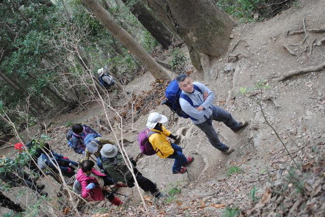 急斜面を登る鈴木正喜・登山ガイドと参加者の皆さん