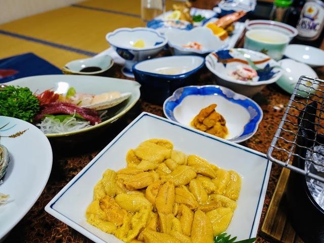 写真2 地産地消の夕食。豊かな食は旅の楽しみのひとつ