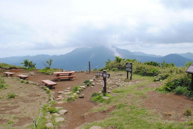 明神ケ岳の山頂。奥に見えるのは大涌谷