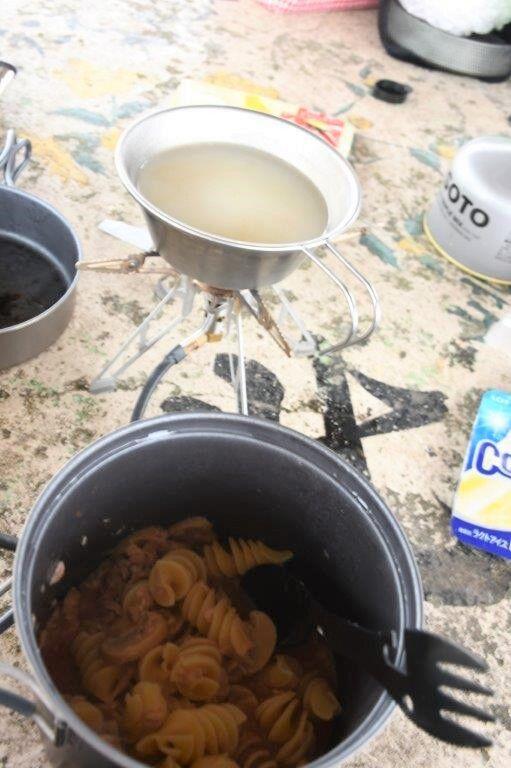 トマト味のパスタ(手前)とコーンスープ