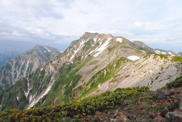 小蓮華山方面から見た白馬岳。荒々しい長野県側に比較すると
