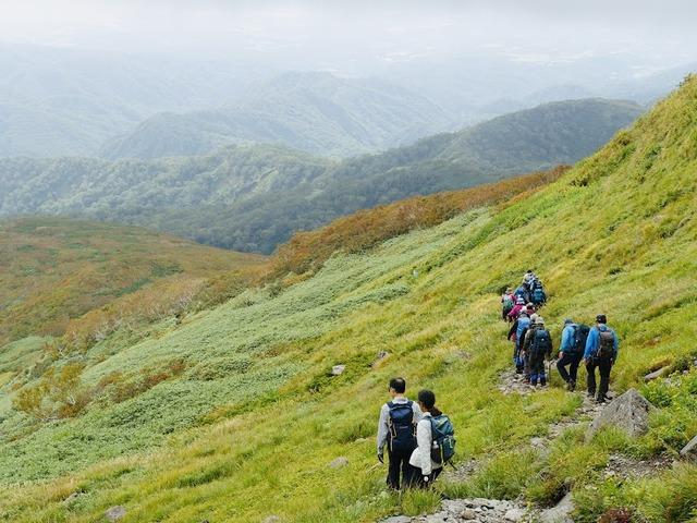 写真06_草紅葉、人工物見当たらない山々