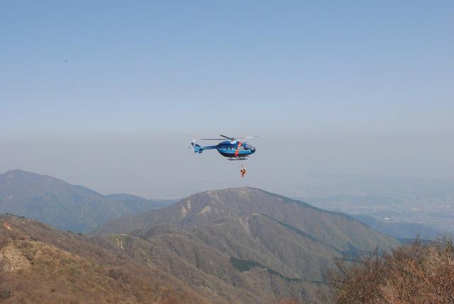 救助活動をする神奈川県警のヘリ「おおやま」号