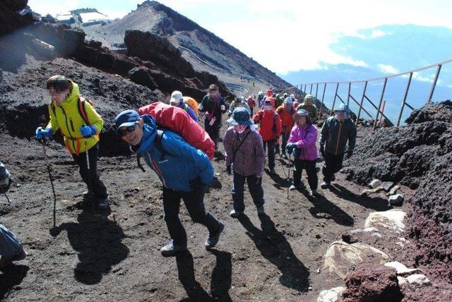 剣ケ峰への急こう配を登る
