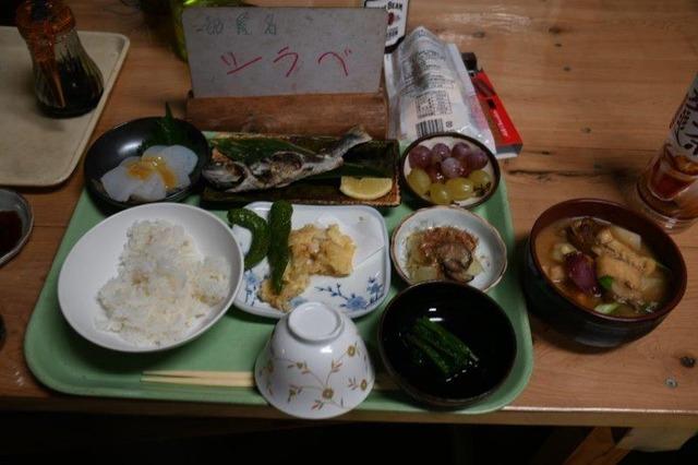 福ちゃん荘の夕食。中央が岩魚の塩焼き