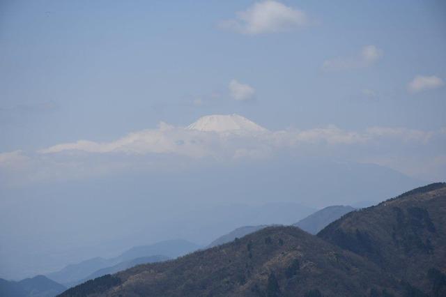イタツミ尾根からの富士山。頭を雲の上に出し、と歌詞の通りの姿だ