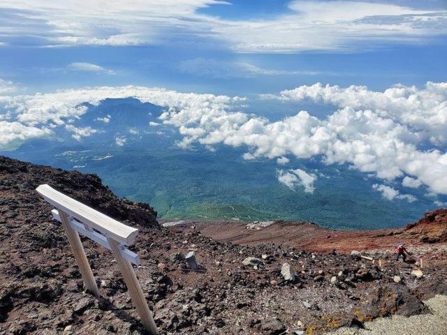 富士宮口山頂から太平洋方面を望む。雄大な景色が広がる