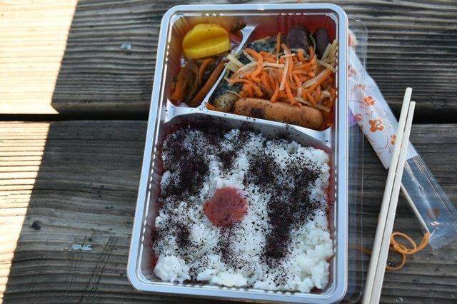 白根御池小屋の朝食弁当、焼き魚とふりかけがおいしかった