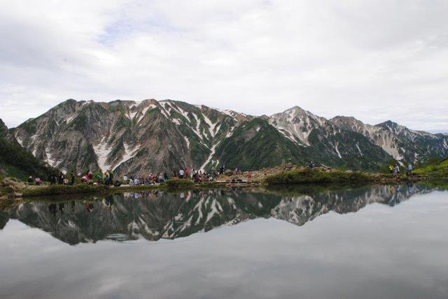 八方池に白馬三山が映る