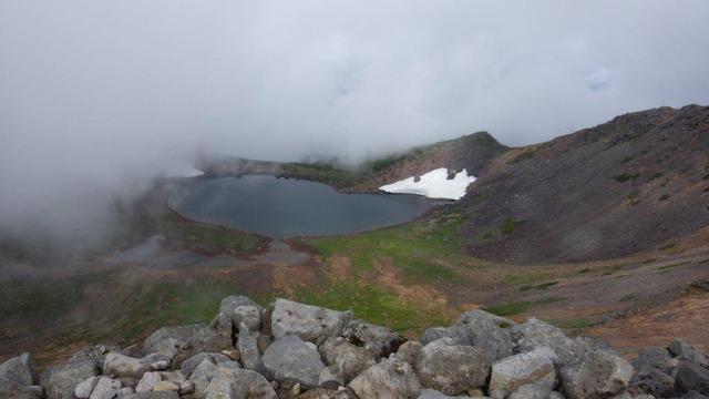 剣ケ峰からの展望。山上湖の権現池が見える=2017年8月19日撮影