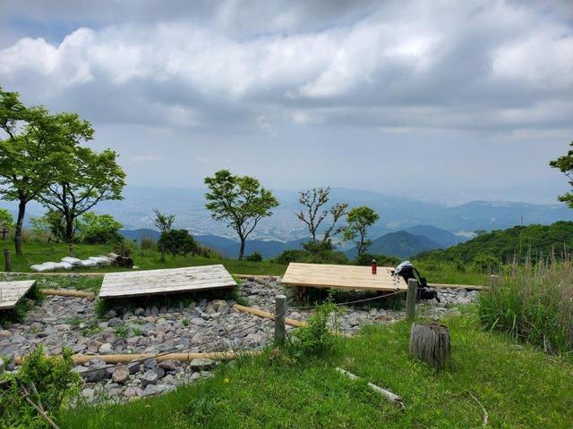 鍋割山山頂からの風景。雲間に街並みが見える