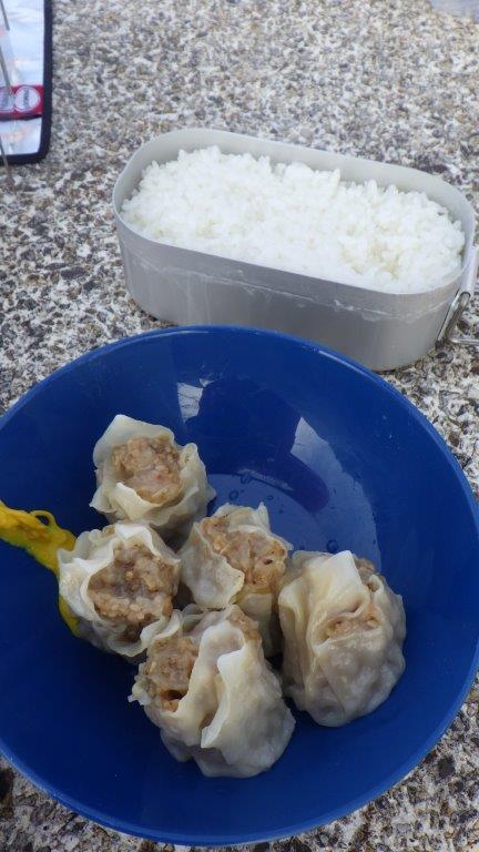 炊きあがったご飯と「健康シュウマイ」