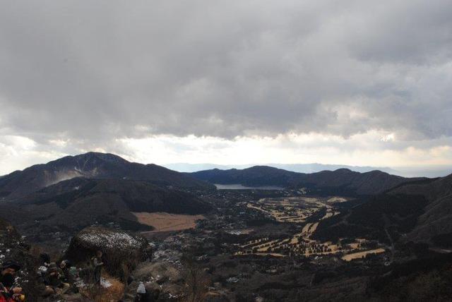 左端の白い部分が大涌谷、中央が芦ノ湖