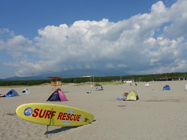 写真01:宿の前の西浜ビーチ、標高0mから、明日向かう2236mを望む。