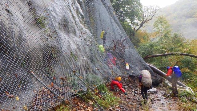 易老渡登山口の手前、落石防止の金網が崩落