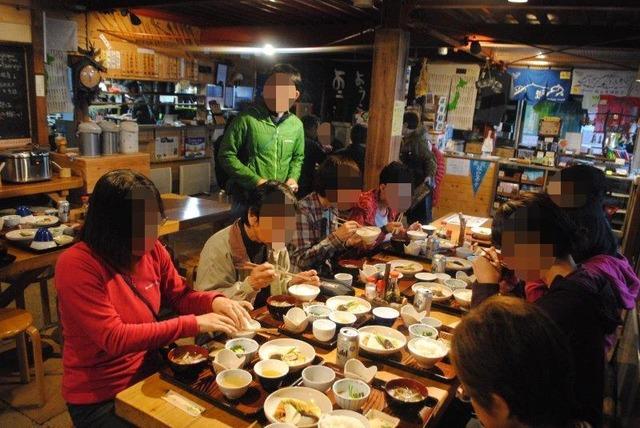 剣山頂上ヒュッテでの夕食風景。煮物や玉子焼きが並び、会話も弾む