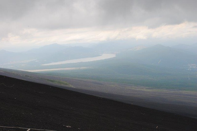 富士山中腹からの雄大な風景。左に山中湖が見える