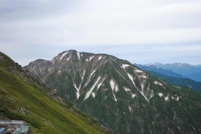 どっしりとした山容が印象的な五竜岳