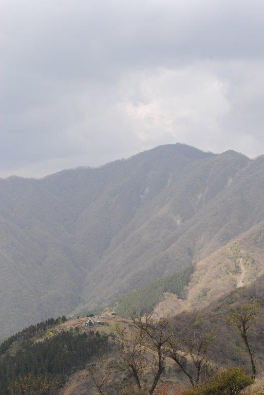 三ノ塔からの眺望。手前が烏尾山と烏尾山荘、中央が塔ノ岳