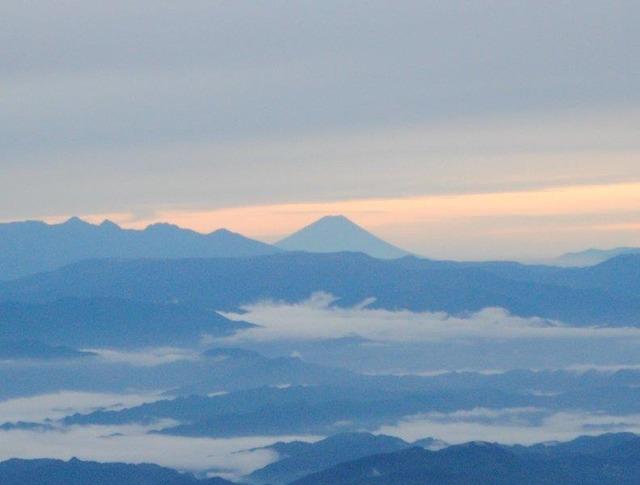 朝焼けの富士山。登山者から歓声が上がった