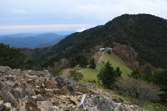 稜線から大菩薩峠を見る。建物は山小屋「介山荘」。