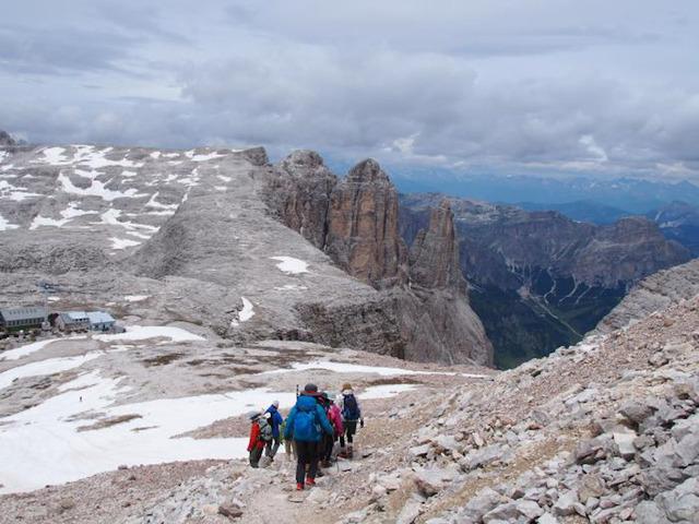 特異な岩峰群を見ながら慎重に下ります