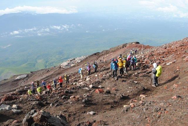 岩だらけの登山道を歩む富士登山塾の一行