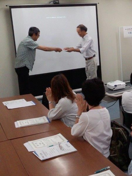 東京・卒業式で行われた表彰状の授与(撮影・鈴木正喜氏)