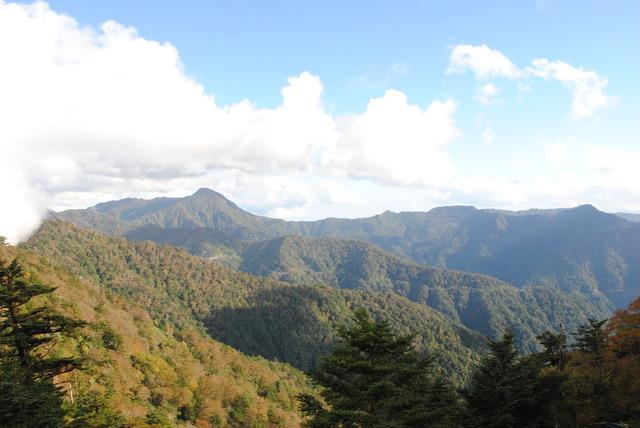 四国の山並み、ひときわ高い山は筒上山