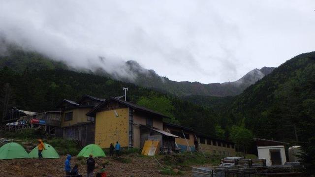 赤岳鉱泉の向こうに見えるのは八ケ岳連峰の主峰・赤岳