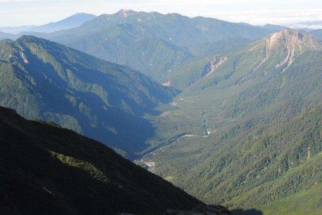 穂高連峰から上高地を見下ろす。中央に流れるのは梓川