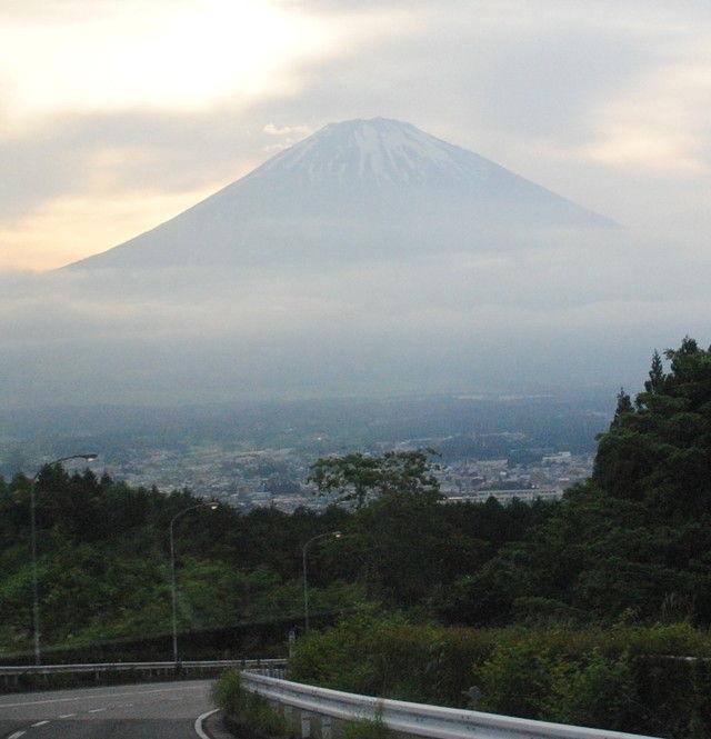 車窓からの富士山。この夕景に大歓声が上がった