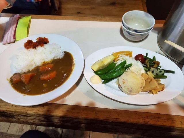 尊仏山荘名物の野菜カレー。野菜がごろごろしていてとてもおいしい。