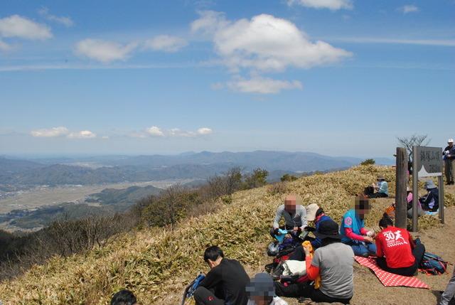 鍋塚山の山頂で昼食をとる。青天井がすがすがしい