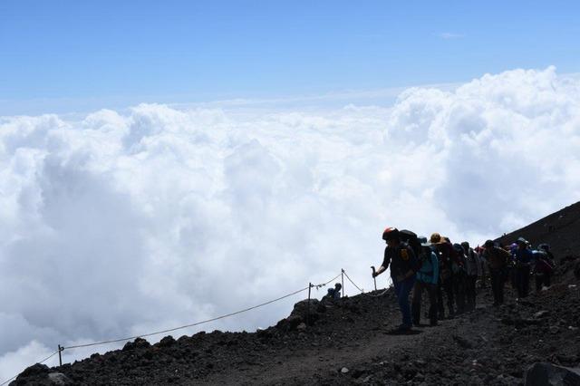 DSC_8180雲がダイナミックにわく中を山頂へ