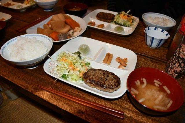 黒百合ヒュッテの夕食。ハンバーグ定食でした