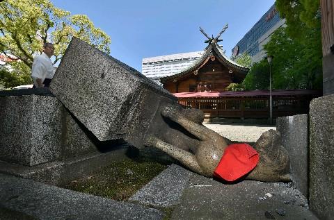 【絶許】韓国人、稲荷神社でキツネ像を破壊し逮捕…100体近くの被害届とも関連調査へ