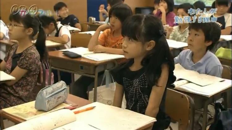 【悲報】女子小学生、メスの腰つきをしてしまう