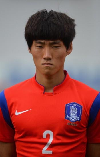 【動画あり】サッカー韓国代表の選手が試合中に相手からフルボッコにされるwwwwwボッコボコでワロタwwww
