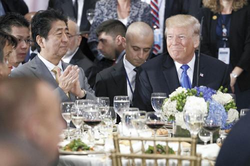 トランプ大統領「シンゾウさぁ…隣でランチ食べてもいいかい?」→トランプ&シンゾー、ニコニコ笑顔でお昼ごはん