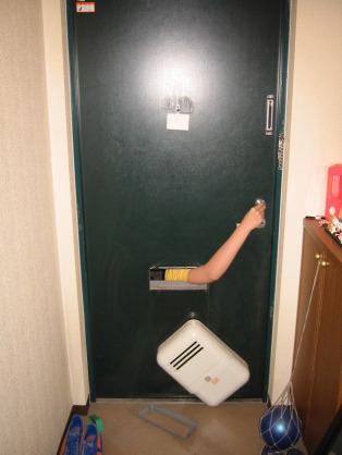 【悲報】ストーカー、とんでもない手口を使って相手の家に侵入してしまう。