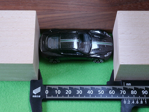 hot-wheels-Aston-Martin-DBS (15)