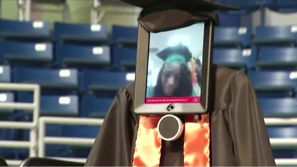 ロボットで卒業式に参加 入院中の米学生 - BBC News