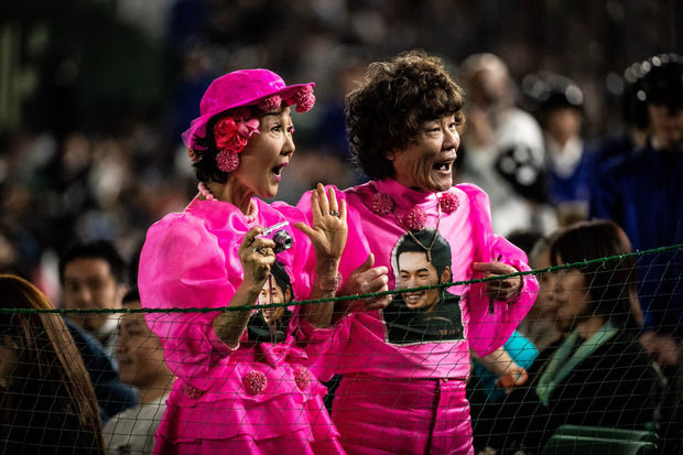 MLB開幕戦に全身ピンク姿の目立った日本人男女が目撃され海外メディアツイート! あの2人だった