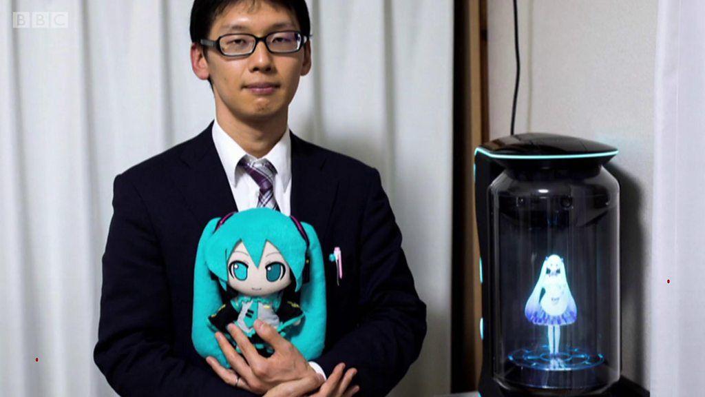 日本人男性、仮想現実のポップスター「初音ミク」と200万円の結婚式 - BBC News