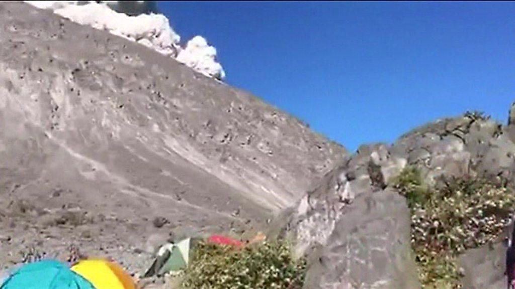 火山の噴煙が目前に、キャンプ客緊迫の瞬間 インドネシア - BBC News