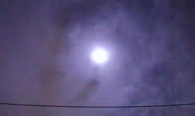【騒然】関東地方で爆発音の報告が殺到!隕石落下か 夜空が明るく光る瞬間も!