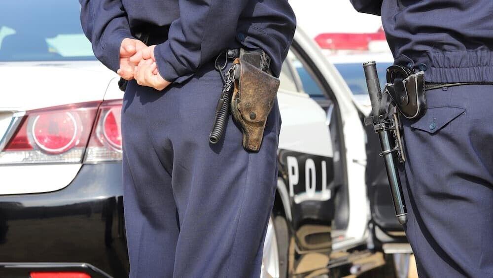【怖すぎ】小型犬にビビった警官、撃ち殺そうと実弾2発発砲も飼い主である9歳児の頭を直撃してしまう
